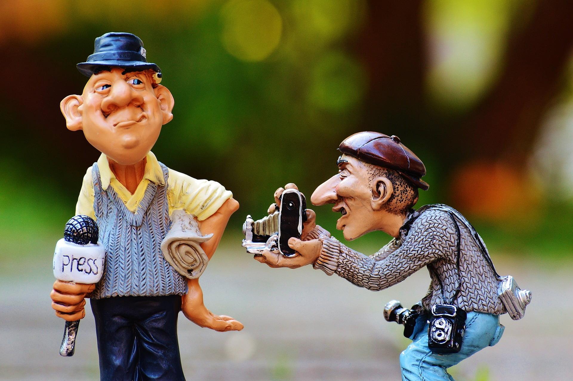Zwei Figuren, Reporter und Fotograf, lustig